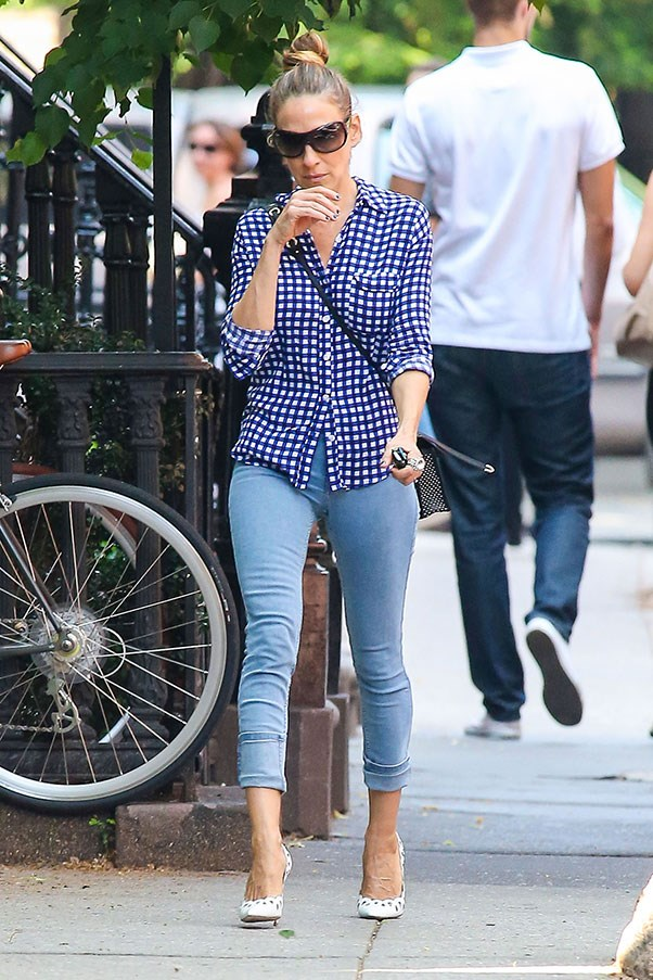 When you think quintessential New Yorker style you think Sarah Jessica Parker. And this too-cool Splendid checked shirt, jeans and pumps outfit proves the point.
