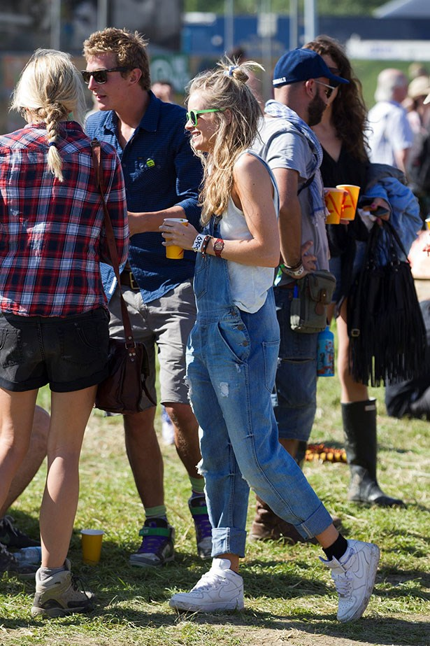 Cressida Bonas (aka Prince Harry's girlfriend) nails the perfect festival outfit at Glastonbury, with her dungarees taking centre stage.