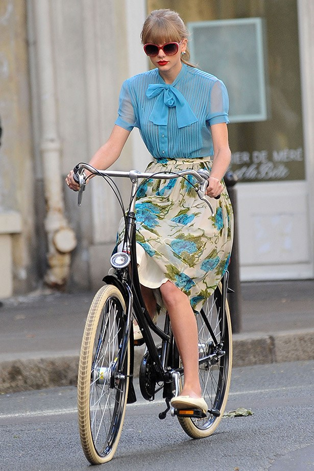 Seriously, could Taylor Swift be any more adorable? Note to self: a knee-length skirt is the perfect ladylike length to tick the practical and prim boxes for bike riding.