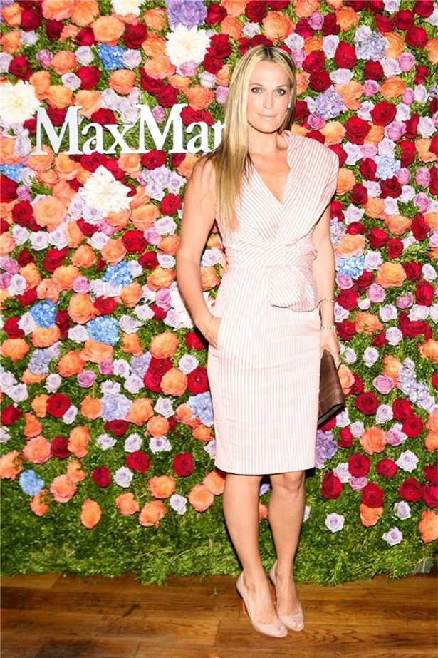 The white stripes on Molly Sims' Max Mara dress provided some graphic delight.