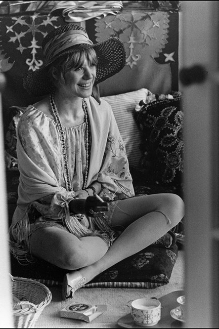 Marianne Faithfull showing off her femme side.