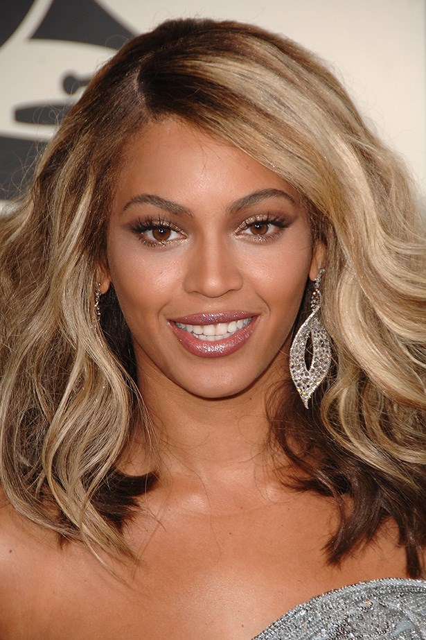 Arriving at the 50th Annual Grammy awards, Beyoncé shows off shorter waves.
