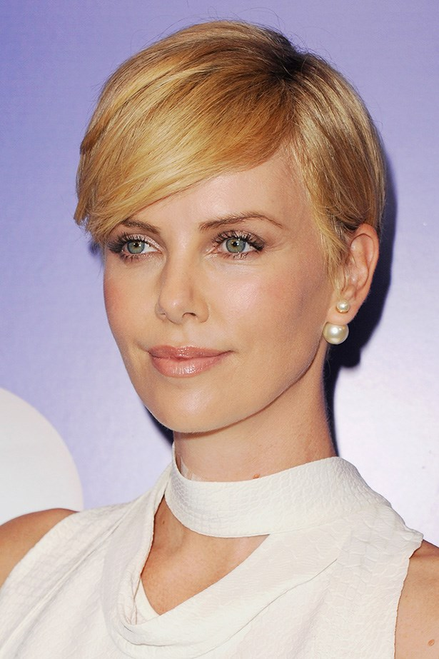 She's growing out the buzz-cut she got for her role in <em>Mad Max</em>, but Charlize Theron's in-between 'do looks polished to perfection.