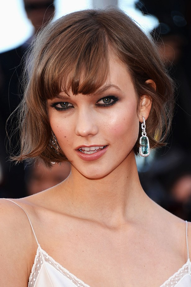 Model Karlie Kloss went from cute-pie to sexy-minx in an instant with her ear-grazing and softly-fringed bob.