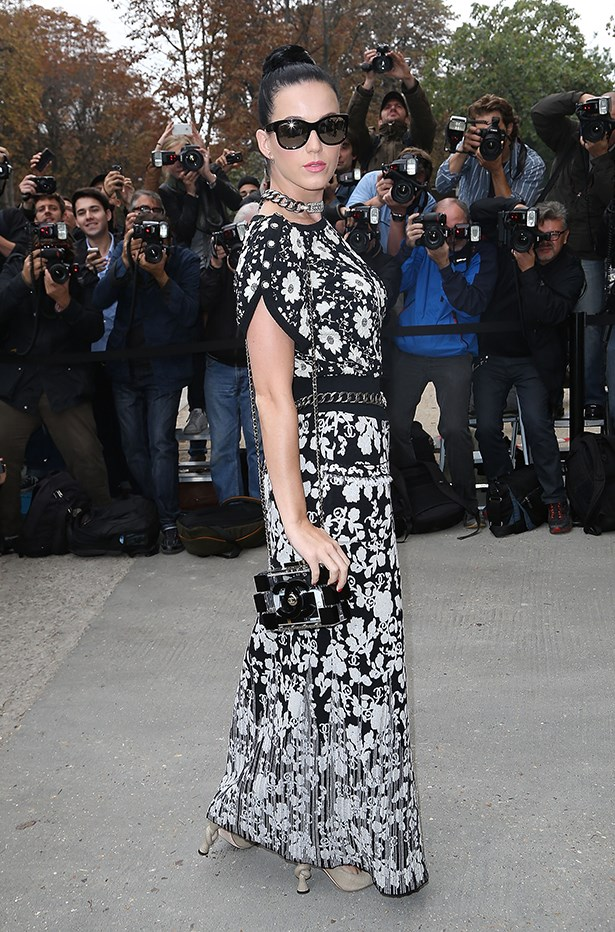 Katy Perry matches her monochrome clutch to the rest of her outfit with those Chanel knot heels!