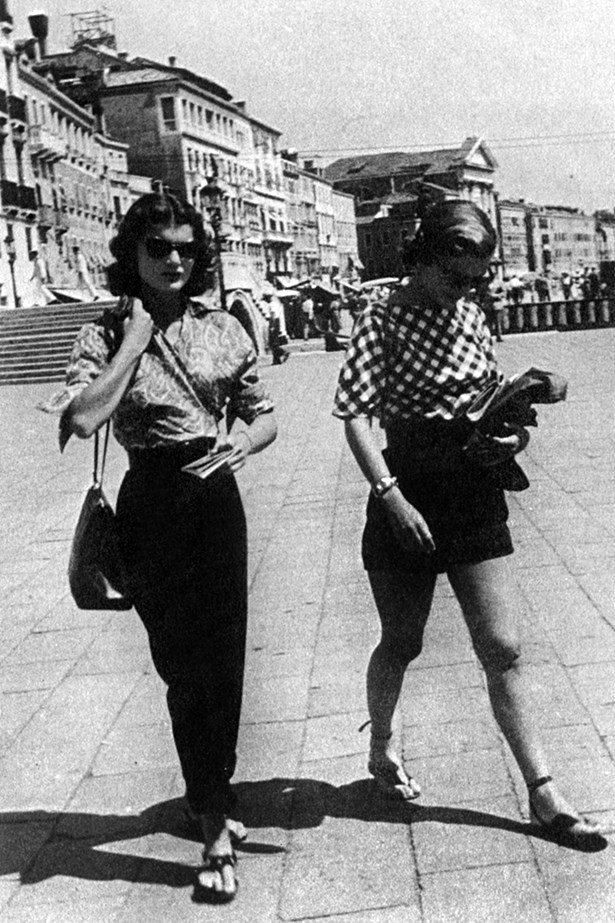 Jackie and her sister, Caroline Lee, embrace chic European style while on holiday in Italy.