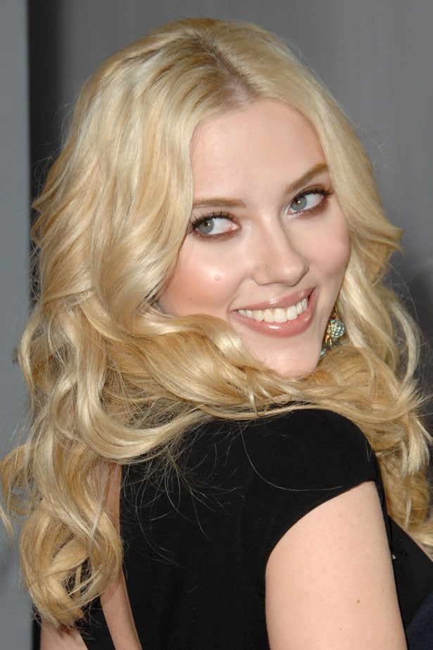Johansson wore her gold blonde hair in romantic curls with a brown smoky eye at the 2007 Grammy Awards.