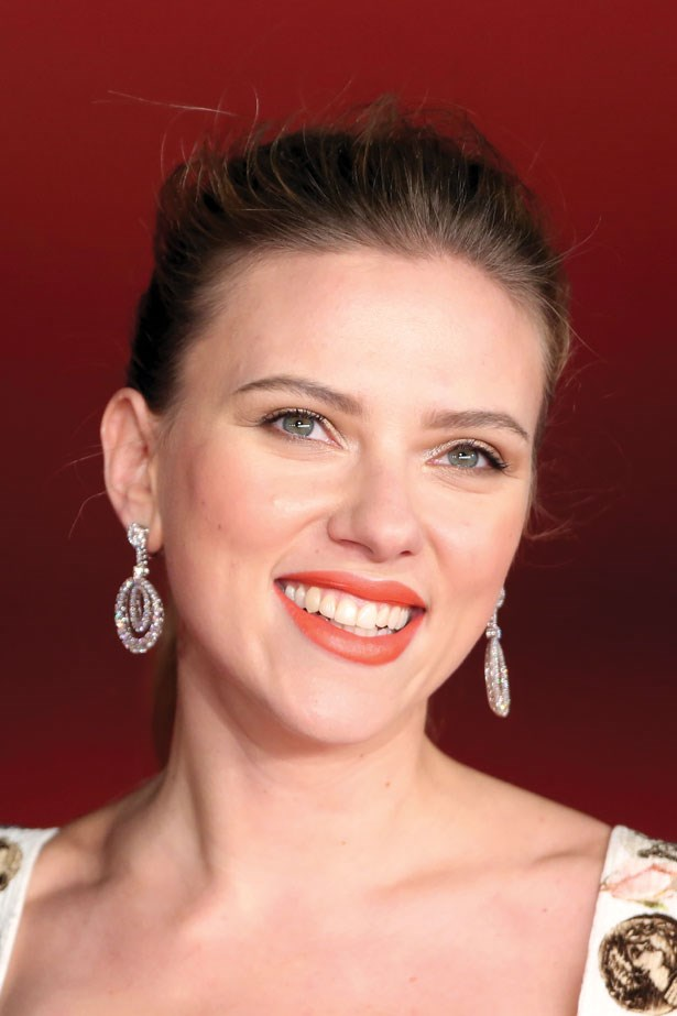 Johansson shines at the Rome Film Festival with a bright lip with flawless dewy skin.