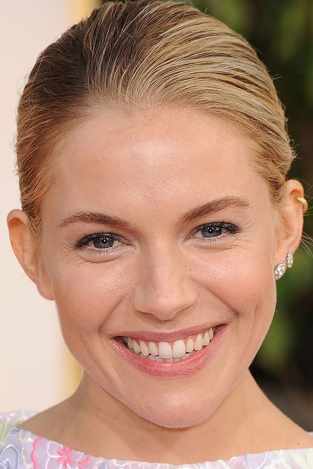 A simple sparkle in the eye of Sienna Miller gives an all over effortless glow.