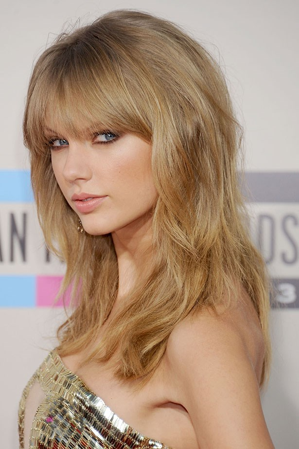 With heavy bangs and smoky chocolate eyeliner, Taylor Swift opts for an effortlessly sultry look. The country-pop star took home four major awards, including artist of the year.