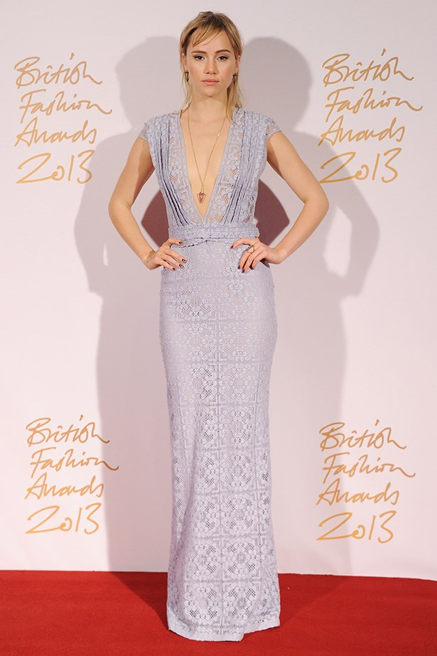 Suki Waterhouse wore a lilac Burberry Prorsum lace gown and natural makeup.