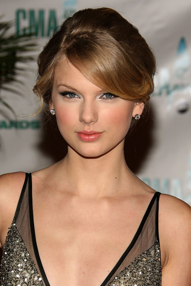 Swift epitomises elegance at the 2008 Country Music Awards. A hint of shimmer near her inner-eye corner freshens up the look.