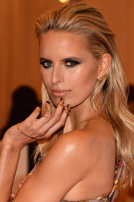 <strong>Backcomb</strong><br> To make this look work, avoid parting your hair throughout your beach day. Emerge from a dip in the ocean and run a wide-tooth comb backwards through your mane to ensure that it's the main attraction on the dance floor, <em>à la</em> Karolina Kurkova.
