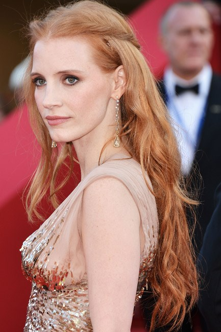 <strong>Half-up look</strong><br> The easiest way to tame a wild beach-hair day is to take two pieces of your locks – one from each side of your head – and secure them at the back of the head like a halo, just like the angel that is Jessica Chastain. Just remember to detangle before you secure, because this style can often end up in knots.
