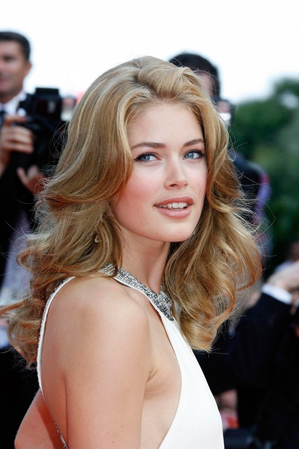 Attending the <em>No Country for Old Men</em> premiere in Cannes in 2007, Kroes wore hair in face framing bouncy curls, finishing her bronzed look with a nude lip.