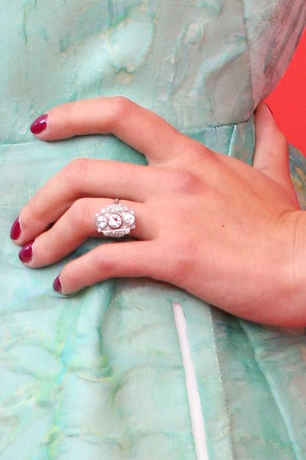 <p><strong>Scarlett Johansson</strong></P> <p>Scarlett's French fiancé Romain Dauriac chose an Art-Deco design made up of three round diamonds in a rectangular setting.</p>