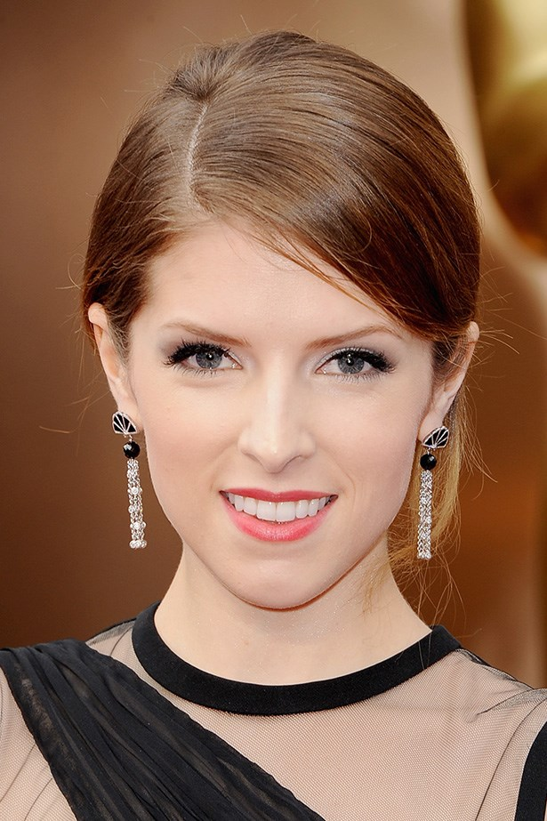Anna Kendrick's beauty-look was in keeping with the modern gown she picked up at NYFW - straight from the runway! The actress will be presenting an award tonight and chose to wear faux lashes, and liquid eyeliner for extra on-stage definition.