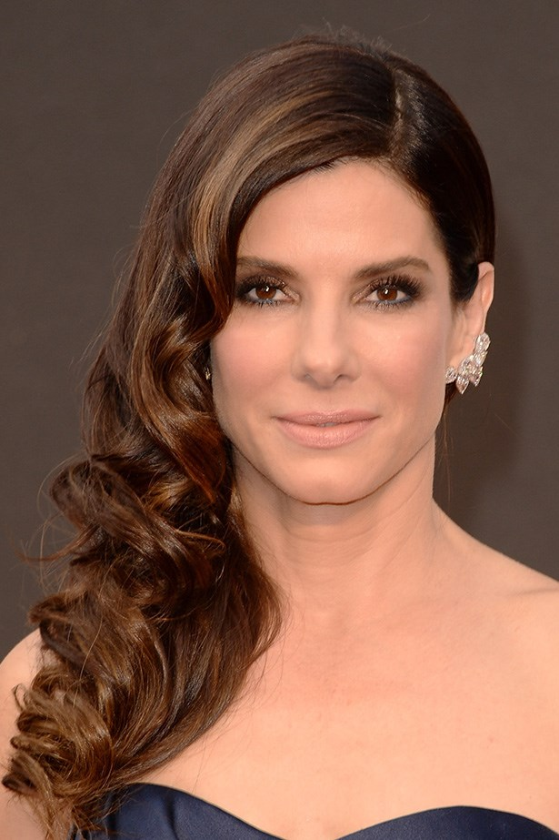 Best Actress nominee, Sandra Bullock wore sultry black and navy eye makeup to complement her midnight-blue Alexander McQueen strapless gown.