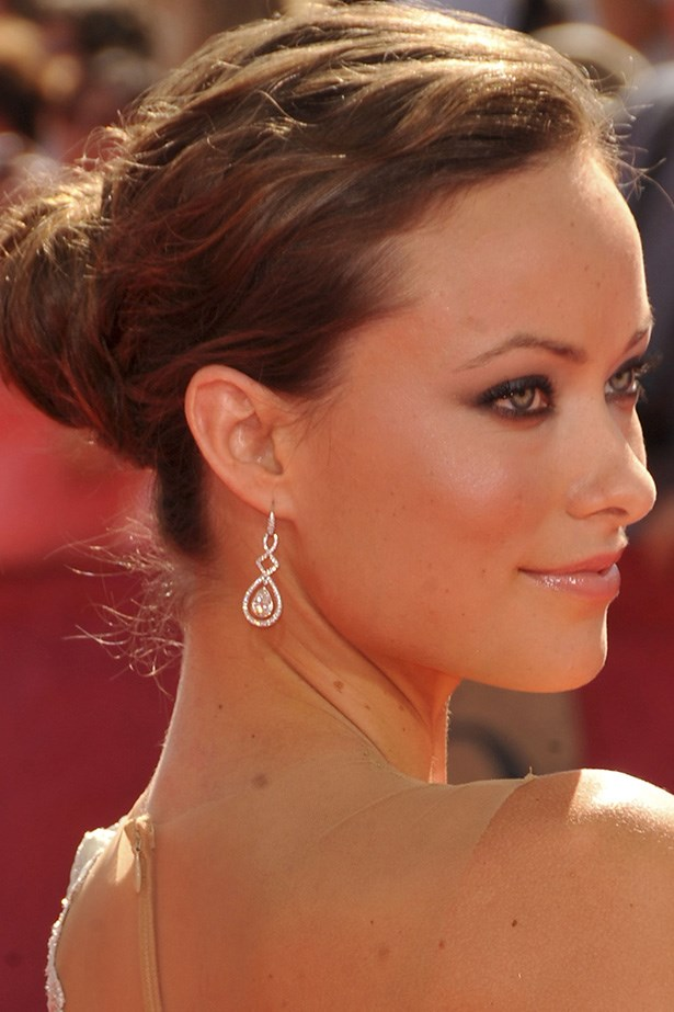 A year later, Wilde is back at the Emmy Awards with a romantic up-do and smudgy kohl-lined eyes.