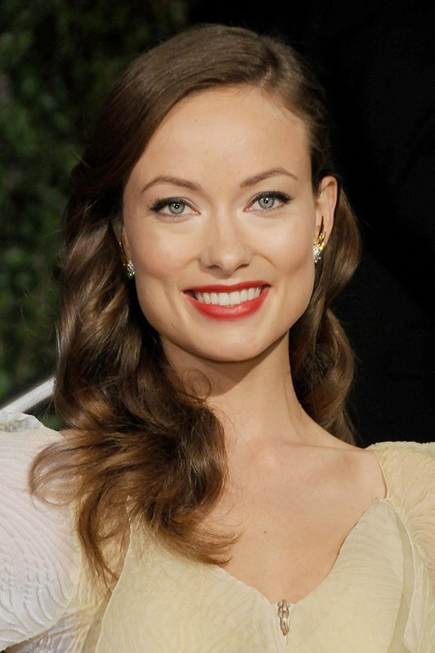 Wilde channels old Hollywood-glamour at the 2010 Vanity Fair Oscars party with side-parted curls, winged-eyeliner and a red lip.