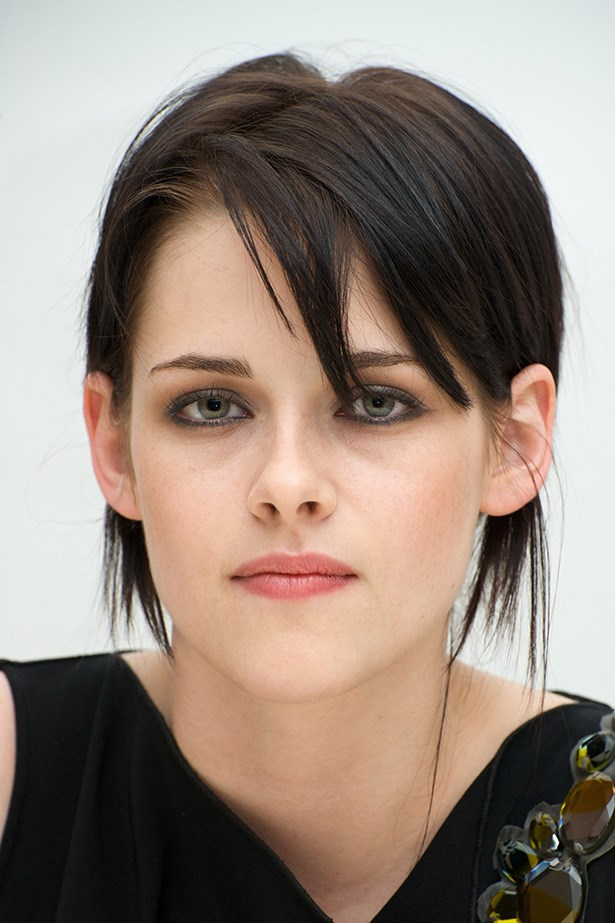 At <em>The Twilight Saga: New Moon</em> press conference later that year, the actress paired her crop with edgy black-kohl eyeliner.