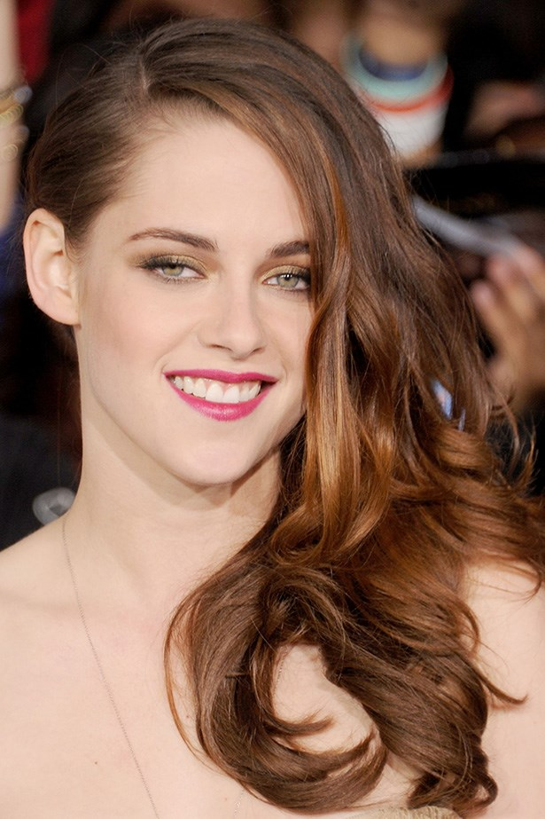 The modern-beauty wore her copper tresses in flowing, side-swept waves at the <em>The Twilight Saga: Breaking Dawn - Part 2</em> premiere – her playful look complete with a hot pink lip.