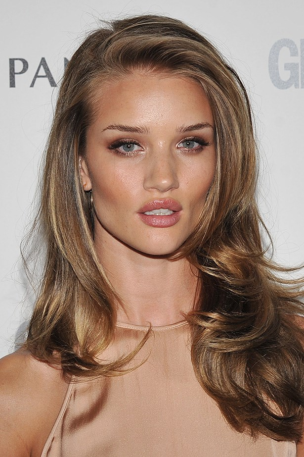 A golden complexion complements a slightly darker shade of bouncy waves at an event in London.