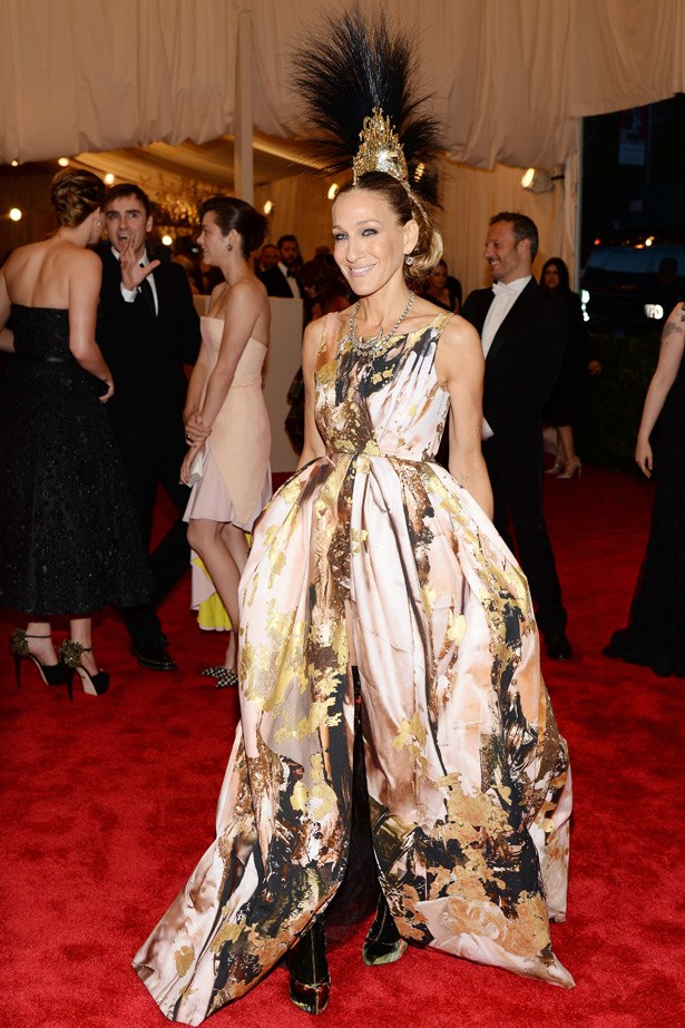Sarah Jessica Parker in a Giles Deacon dress and Phillip Treacy hat, 2013. Theme: Punk: Chaos To Couture.