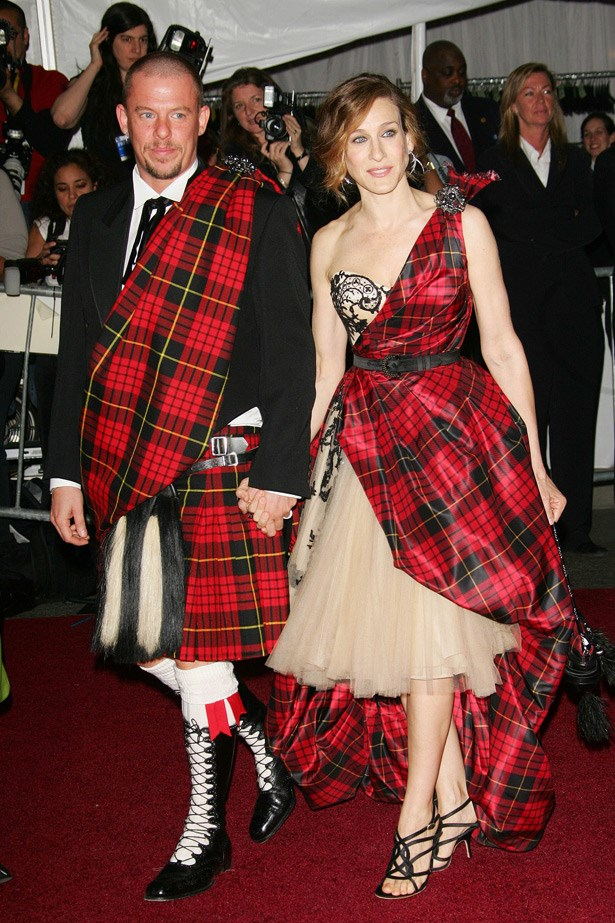Alexander McQueen and Sarah Jessica Parker in Alexander McQueen, 2006. Theme: AngloMania: Tradition and Transgression in British Fashion.