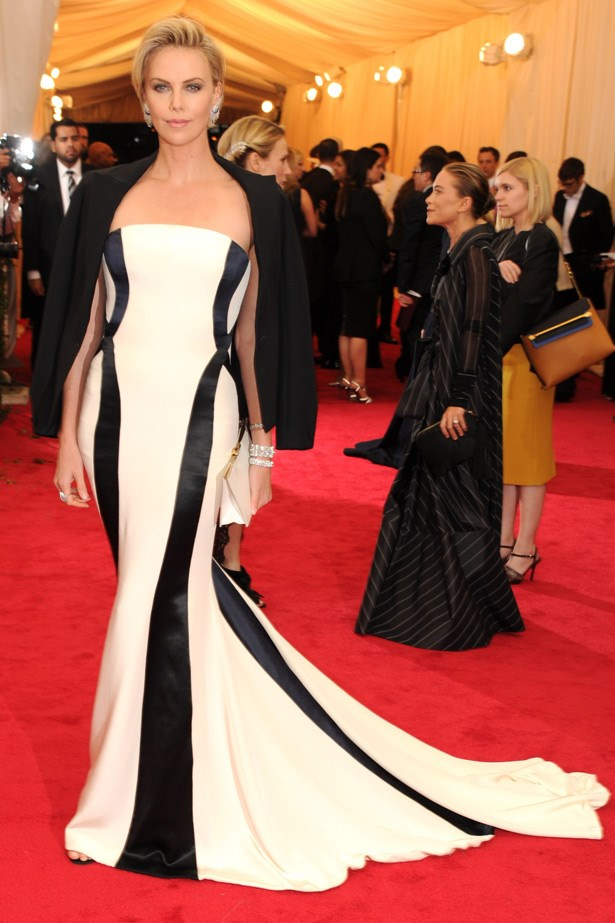 Ladies and gentleman, this is how the A-list dress. Charlize Theron showing us her star power in Christian Dior.