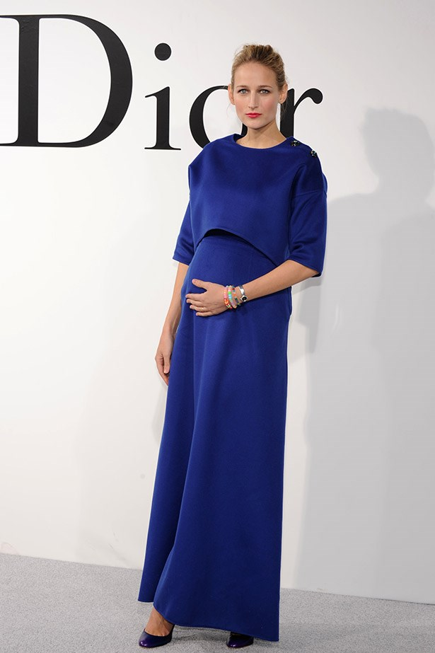 A pregnant Leelee Sobieski dressed her bump in a sophisticated cobalt blue cashmere top and dress by Dior. Beautiful.