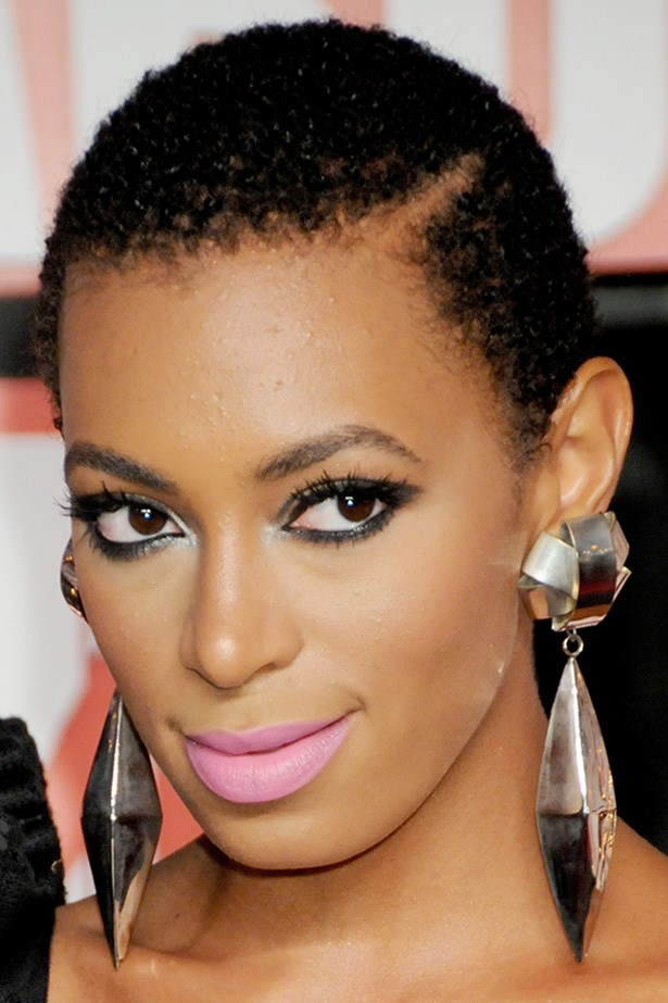 The singer stuns with Kohl-rimmed eyes and a pale pink lip at the 2009 MTV Movie Awards.
