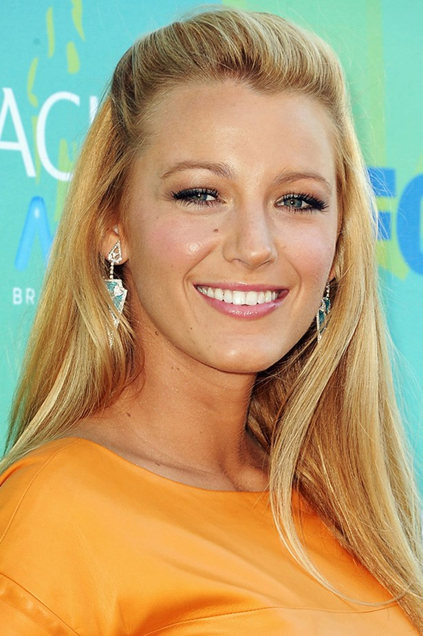 The blonde beauty glows with rosy cheeks and dusky pink lips at the 2011 Teen Choice Awards.