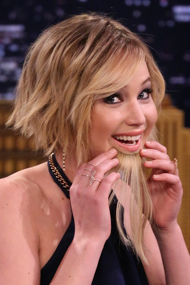 A silky beard adds a touch of humour to Jennifer's look on <em>The Tonight Show Starring Jimmy Fallon</em>.
