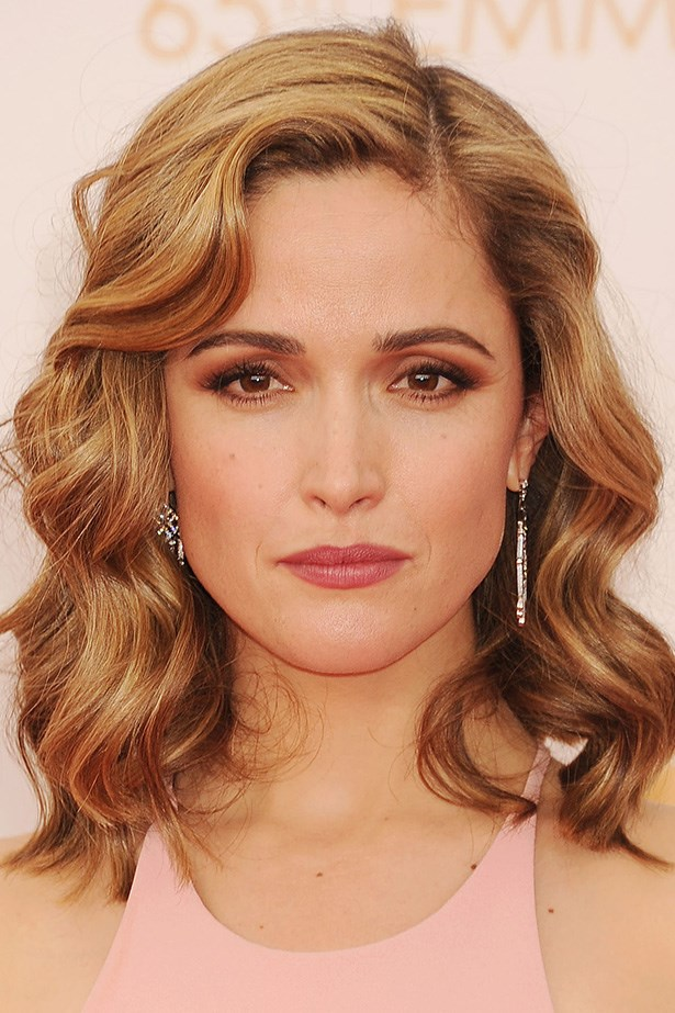 At the 2013 Emmy Awards Rose Byrne stuns with a brown smoky eye and glossy curls.