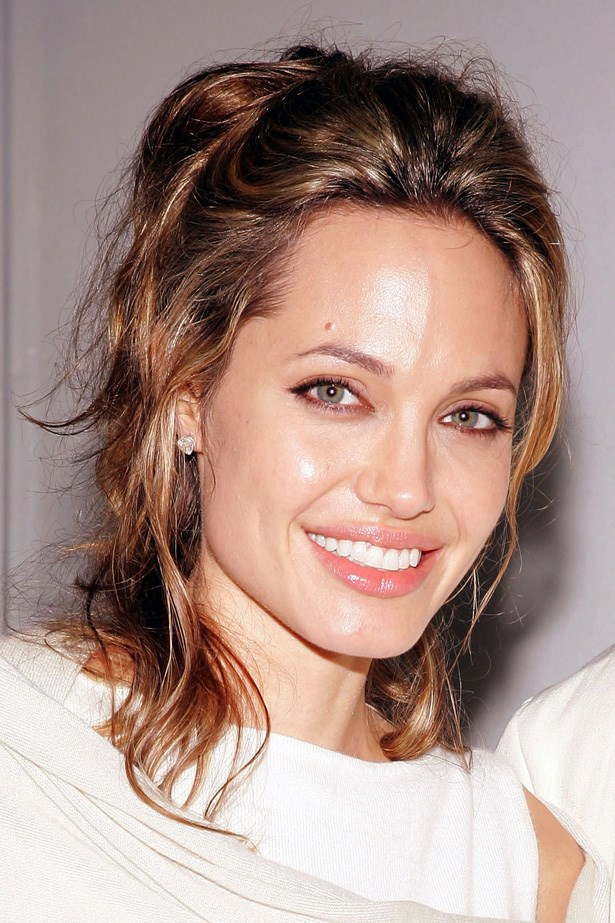 At a charity benefit later in 2005, the actress wore her newly lightened hair in soft face-framing tendrils.