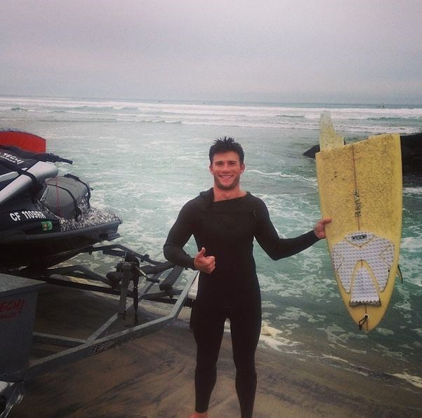 An avid surfer, Scott Eastwood is all million-dollar-smiles even with a snapped board.