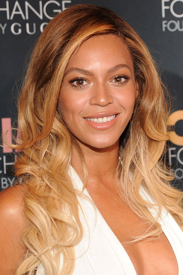 At the Chime for Change One-Year Anniversary Event, Beyonce wears side-parted textured curls with creamy highlighted ends.