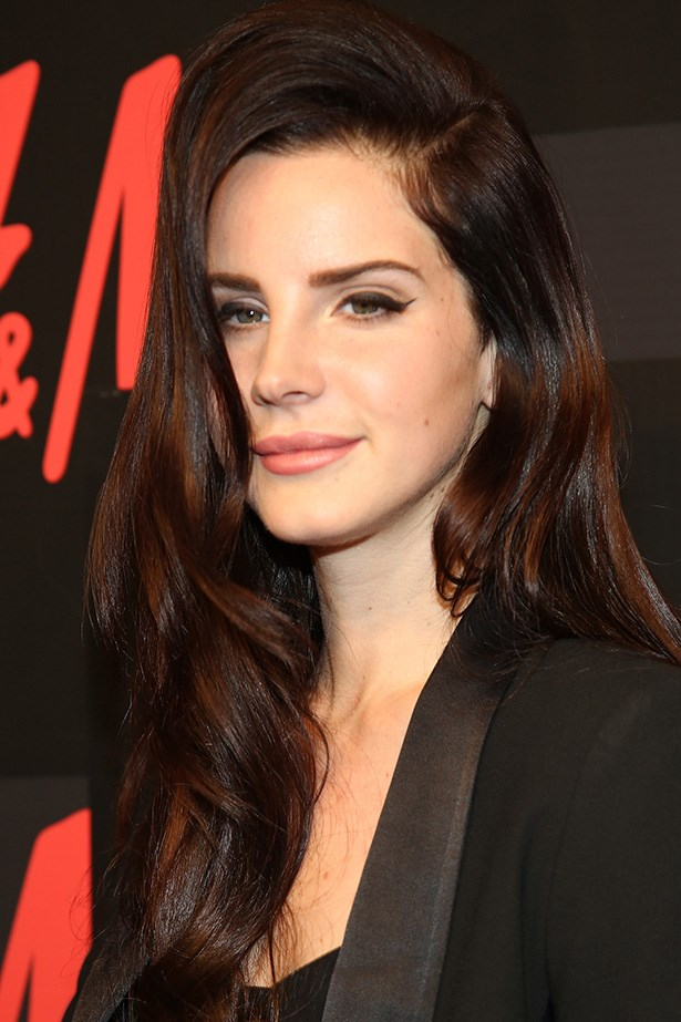 A sculpted brow and glossy waves create a polished look at a private Lana Del Rey concert in New York.