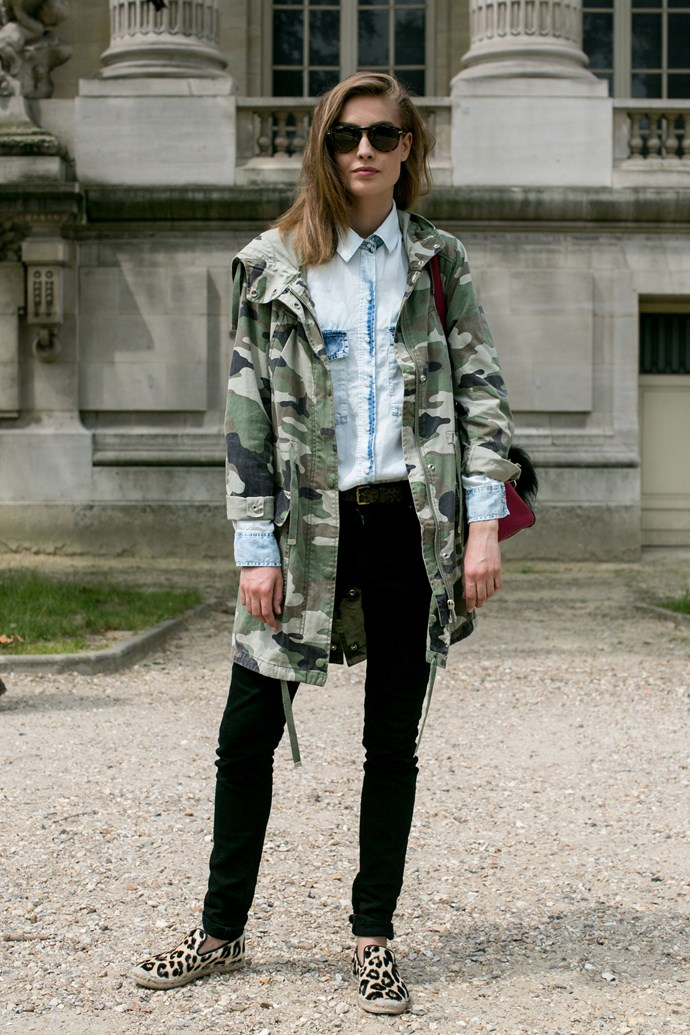 Clash laidback prints? Yes you can. This show attendee shows us how to rock weekend-ready camo, denim and leopard in one go. And we are so on board.
