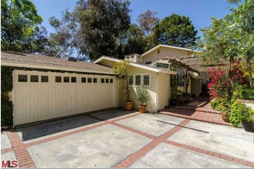 The hideaway, located in  Nichols Canyon (adjacent to celebrity running hotspot, Runyon Canyon) is located at the end of a long, gated driveway.