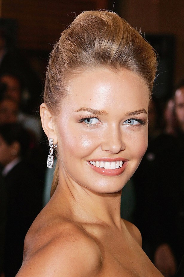 An 18 year old Lara attends the 2006 Logie Awards with a voluminous high pony-tail.