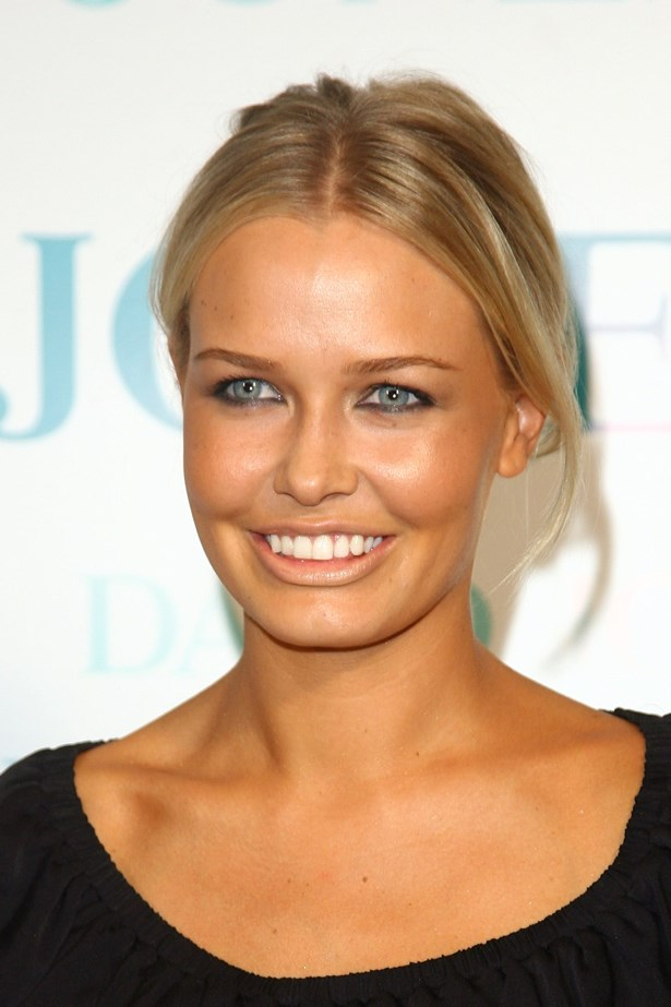 A soft smoky eye defined Bingle's pale blue eyes at a fashion show in 2008.