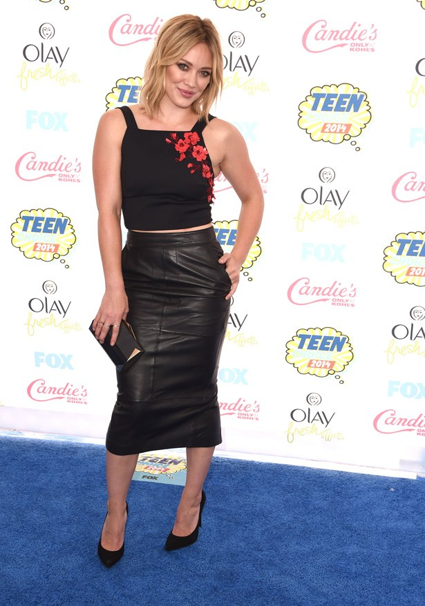 Hillary Duff rocking her old home of the Teen Choice awards carpet in a Sachin & Babi Noir top and ASOS leather skirt.