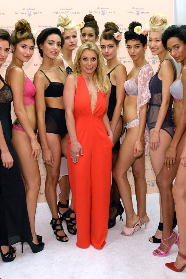 Britney Spears poses backstage with her models