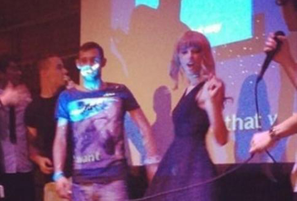 Harry and Taylor have a go at karaoke!