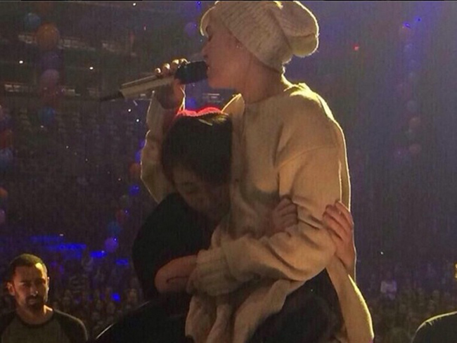 Miley Cyrus cries on stage over dog tragedy