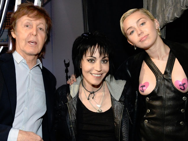 Miley pays tribute to Joan Jett with her boobies