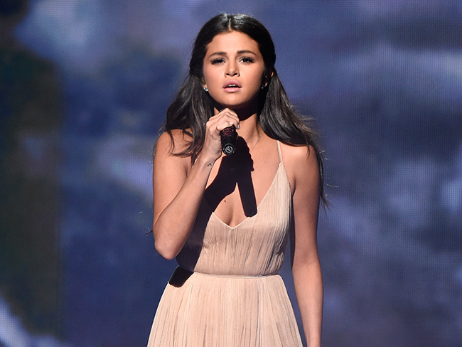 Selena Gomez breaks down during AMA performance