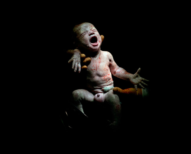 Photographer captures babies seconds after birth